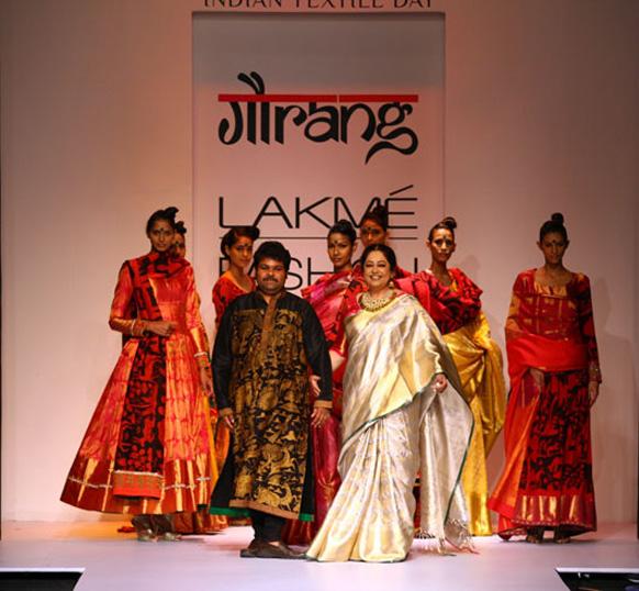 दुबई नुमाइश फैशन शो में डिजायनर गौरांग के संग्रह को अभिनेत्री किरन खेर ने पेश किया।