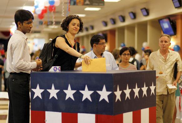 मुंबई के यूएस कोंसुलेट में अमेरिकी राष्ट्रपति चुनाव के लिए वोट करती अमेरिकी महिला।