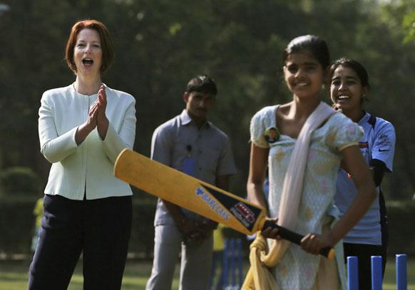 नई दिल्ली में गर्ल्स कैंप में लड़कियों के क्रिकेट खेलने का लुत्फ लेती ऑस्ट्रेलियाई पीएम जूलिया गिलार्ड।
