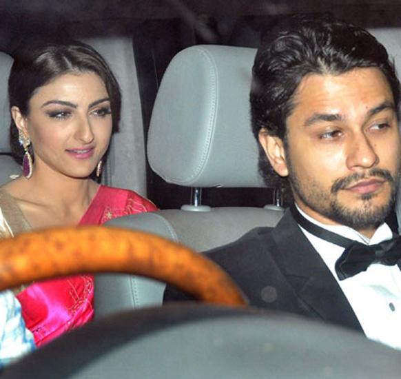 शादी के बाद सैफ अली खान द्वारा आयोजित डिनर पार्टी में शिरकत करने पहंचे सैफ की बहन सोहा अली खान और उनके मित्र कुनाल खेमू।