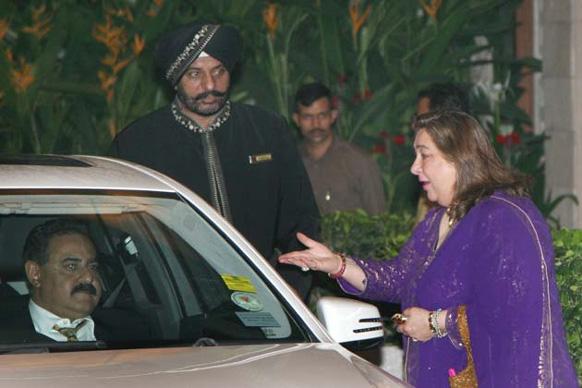 करीना की बुआ रीमा जैन और उनके पति मुंबई में ताज होटल में सैफ द्वारा आयोजित डिनर पार्टी में भाग लेने के लिए पहुंची।