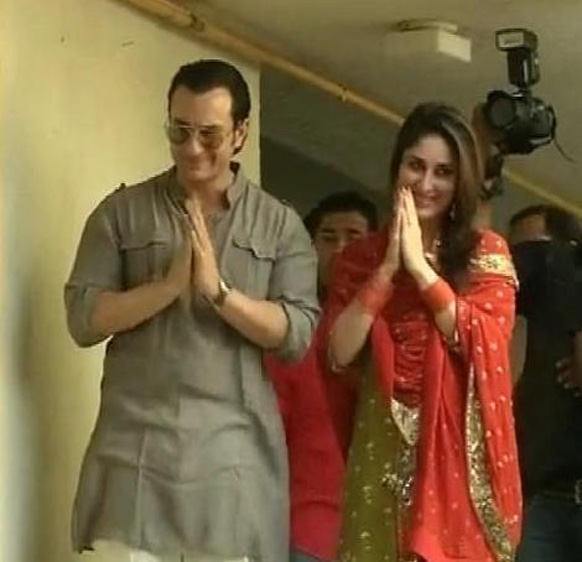 सैफ अली खान और करीना कपूर शादी के बंधन में बंधने के बाद पहली बार फैंस के सामने आए। दोनों की शादी मंगलवार (16 अक्टूबर 2012) को हुई।