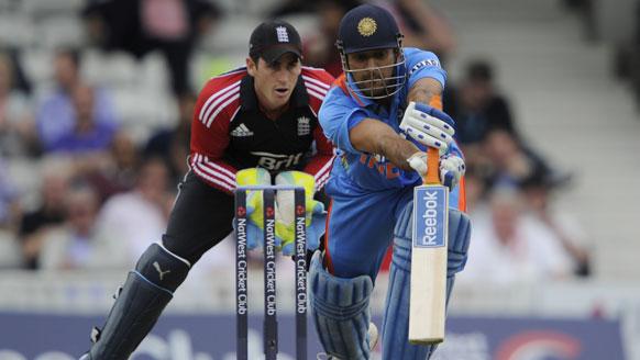 तीसरे वनडे में शॉट खेलते धोनी