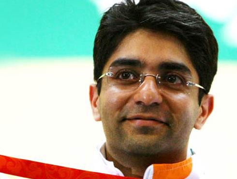 <h3>अभिनव बिंद्रा</h3><br/>बीजिंग ओलम्पिक-2008 में अभिनव बिंद्रा, विजेंदर सिंह और सुशील कुमार ने पदक जीत कर देश का मान-सम्मान बढ़ाया। चार साल बाद लंदन में 27 जुलाई से से शुरू हो रहे ओलिम्पक खेलों में इन तीनों खिलाड़ियों पर नजरें तो होंगी ही, कुछ अन्य खिलाड़ी भी हैं जिन पर पदक जीतने की प्रबल उम्मीदें हैं।<br><br><br><br><br><br>इस बार के ओलिम्पक खेलों में जिन भारतीय खिलाड़ियों से पदक की प्रबल उम्मीद हैं, उनमें अभिनव बिंद्रा का नाम सबसे ऊपर है। वर्तमान में बिंद्रा एयर रायफल शूटिंग में विश्व एवं ओलम्पिक चैम्पियन हैं। वह ओलम्पिक में व्यक्तिगत स्वर्ण पदक हासिल करने वाले पहले भारतीय हैं। उन्होंने यह कामयाबी 2009 में बीजिंग ओलम्पिक में हासिल की। पिछले वर्षों में एयर रायफल प्रतिस्पर्धाओं में उन्होंने जो कामयाबी हासिल की है, उससे लगता है कि बिंद्रा इस बार के ओलम्पिक में पदक जीत देश का मान-सम्मान बढ़ाएंगे। हालांकि, बिंद्रा के सामने हर बार की तरह इस बार भी चुनौती काफी बड़ी होगी। उन्हें मुकाबले में रायफल शूटिंग के दिग्गज खिलाड़ियों से पार-पाना होगा। <br><br><br>एयर रायफल शूटिंग मुकाबलों में विश्व स्तर पर देश की प्रतिष्ठा बढ़ाने और अनोखी उपलब्धियां हासिल करने के लिए भारत सरकार बिंद्रा को प्रतिष्ठित अर्जुन पुरस्कार एवं राजीव गांधी खेल रत्न पुरस्कारों से सम्मानित कर चुकी है। इसके अलावा बिंद्रा को देश के तीसरे सबसे बड़े नागरिक सम्मान पद्म भूषण से भी सम्मानित किया जा चुका है। <br><br><br>अभिनव बिंद्रा की कुछ अनूठी उपलब्धियां-<br>बीजिंग ओलम्पिक-2008 में स्वर्ण पदक<br>2010 में नीदरलैंड के इंटरशूट स्पर्धा में स्वर्ण एवं रजत पदक<br>2007 में एयर रायफल आस्ट्रेलियन कप में स्वर्ण पदक<br>राष्ट्रमंडल खेल-2006, मेलबर्न में स्वर्ण, रजत एवं कांस्य पदक<br>एशियाई शूटिंग चैम्पियनशिप बैंक़ॉक-2005 में स्वर्ण पदक<br>