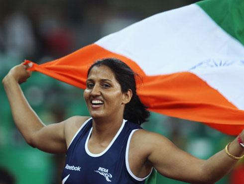<h3>कृष्णा पूनिया</h3><br/>लंदन ओलम्पिक में एथलीट कृष्णा पूनिया से भी काफी उम्मीदें हैं। पूनिया भारत की राष्ट्रीय डिस्कस थ्रो महिला चैम्पियन हैं। वर्ष 2010 में नई दिल्ली में सम्पन्न राष्ट्रमंडल खेलों में पूनिया ने डिस्कस थ्रो थ्रो में स्वर्ण पदक जीता। राष्ट्रमंडल खेलों में स्वर्ण पदक जीतने वाली पूनिया पहली भारतीय महिला हैं। 2006 में दोहा में और उसके बाद 2010 में चीन में हुए एशियाई खेलों में पूनिया ने जहां कांस्य पदक जीता वहीं, पिछले राष्ट्रमंडल खेलों में स्वर्ण पदक की जीत ने ओलम्पिक में उन्हें पदक का प्रबल दावेदार बनाया है। अर्जुन पुरस्कार से सम्मानित पूनिया की ओलम्पिक में चुनौती हालांकि आसान नहीं होगी, यहां उन्हें विश्व के धुरंधरों खिलाड़ियों की चुनौतियों का सामना करना होगा। <br><br>पूनिया ने मई में हवाई में एलटियस ट्रैक क्रयू डिस्कस थ्रो प्रतियोगिता में 64.76 मी के थ्रो से अपना रिकार्ड तोड़ दिया और रजत पदक प्राप्त किया । उन्होंने सीमा अंतिल के मौजूदा 64.64 मी के राष्ट्रीय रिकार्ड को तोड़ते हुए राष्ट्रीय रिकार्ड भी कायम किया । हालांकि इसमें मौजूदा ओलंपिक चैम्पियन अमेरिका की स्टीफाने ब्राउन ट्रैफ्टन ने 66.86 मी के थ्रो से स्वर्ण पदक जीता ।<br><br>पूनिया ने 2006 में दोहा एशियाई खेलों से अपने कैरियर की शुरूआत की थी जिसमें उन्होंने कांस्य पदक जीता था । उन्होंने 2008 बीजिंग ओलंपिक में भी भाग लिया लेकिन इसमें असफल रहीं । <br>