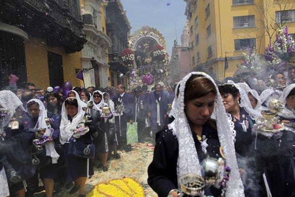 पेरू के लीमा में लीमा संत के सम्मान में जुलूस निकालते लोग।