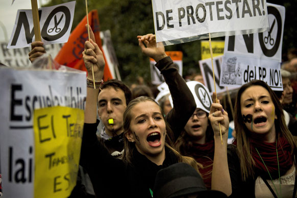 मैड्रिड में शिक्षा बजट में कटौती का विरोध करते छात्र।