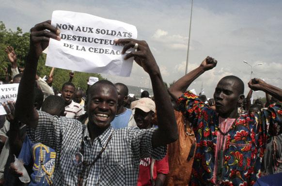 माली के नॉर्थ मार्च में सैन्य हस्तक्षेप का विरोध करते स्थानीय नागरिक।