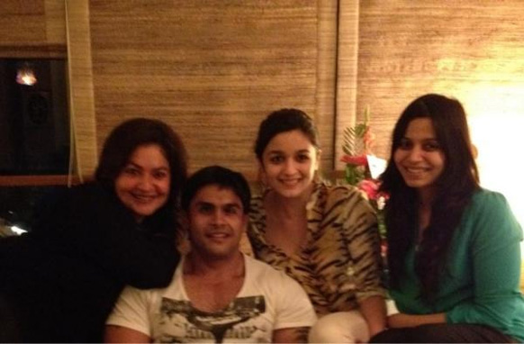 भट्ट परिवार एक साथ- पूजा, राहुल, आलिया और शाहीन के एक साथ पोज देते हुए।