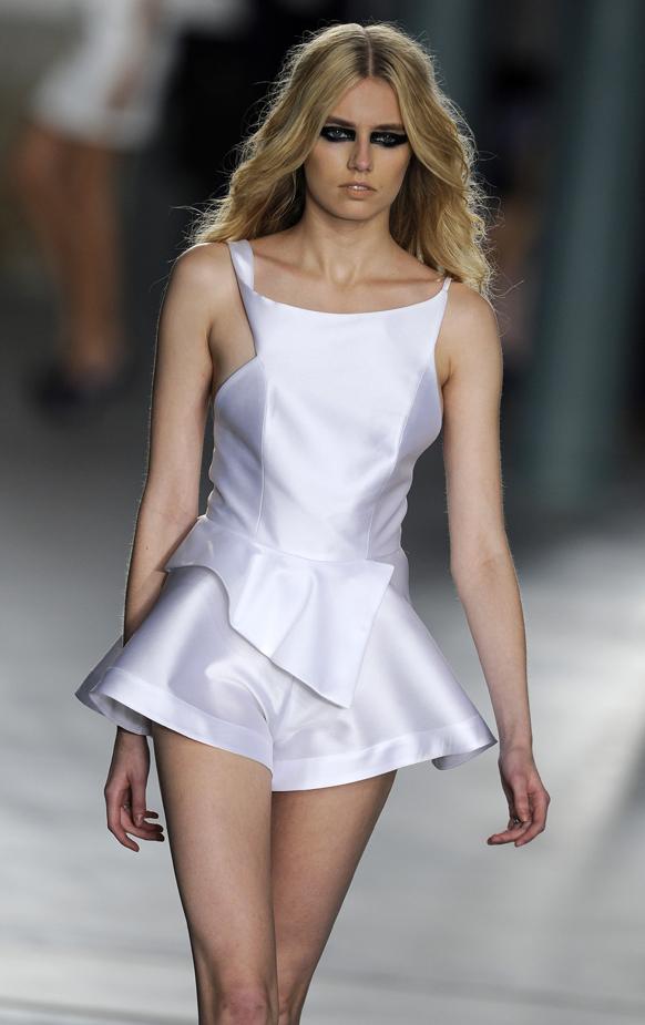 पुर्तगाल में फैशन शो के दौरान रैंप पर चलती हुई एक मॉडल।