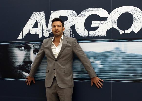 रोम में फिल्म आर्गो की प्रस्तुति के मौके पर फोटोग्राफरों को पोज देते हुए अभिनेता बेन एफलेक।