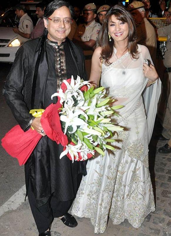 नव दंपति को आर्शीवचन देने पहुंचे शशि थरूर और उनकी पत्नी सुनंदा पुष्कर।
