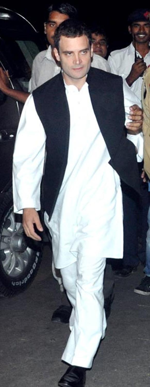 दावत-ए-वलीमा में कांग्रेस के महासचिव राहुल गांधी भी नव दंपति को शुभकामनाएं देने पहुंचे।