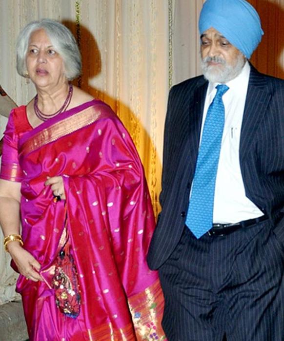 दावत-ए-वलीमा में अपनी पत्नी के साथ पहुंचे योजना आयोग के उपाध्यक्ष मोंटेक सिंह अहलूवालिया।