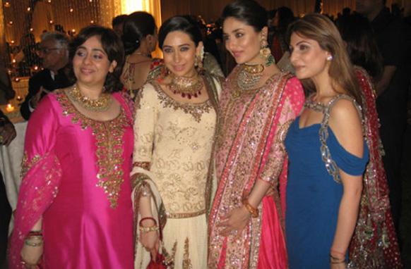 राज कपूर की पौत्रियां- नताशा नंदा, करिश्मा कपूर, करीना कपूर और रिद्धिमा कपूर फोटो के लिए एक साथ पोज देते हुए।