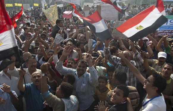 मिस्र के काहिरा के तहरीर चौक पर प्रदर्शनकारियों ने रैली के दौरान सरकार विरोधी नारे लगाए।