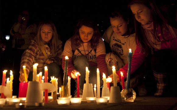 ब्रिटिश कोलंबिया में अमांडा टोड की याद में केंडल जलाते लोग।