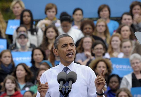 यूएस राष्ट्रपति बराक ओबामा जॉर्ज मैसन विश्विद्यालय में चुनाव प्रचार के दौरान बोलते हुए।