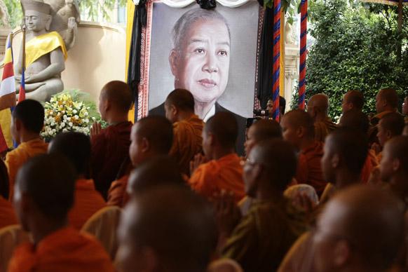 कंबोडिया के नोपेन्ह में दिवंगत राजा नरोदम सिंहनोक के लिए बौद्ध धर्मावलंबी प्रार्थना के दौरान मंत्रों का उच्चारण करते हुए।