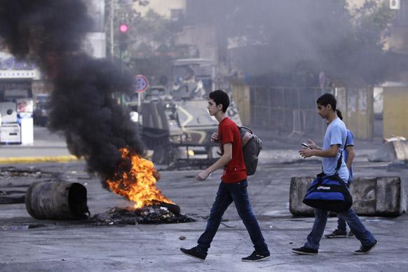 लेबनान के बेरुत में प्रदर्शन के दौरान प्रदर्शनकारी ने जलाए टायर।