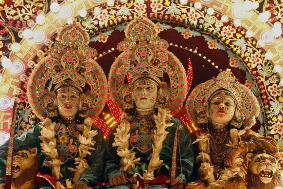 इलाहाबाद में दशहरा त्योहार के दौरान हिंदू देवी देवता लक्ष्मण, राम और सीता की वेषभूषा में कलाकार।