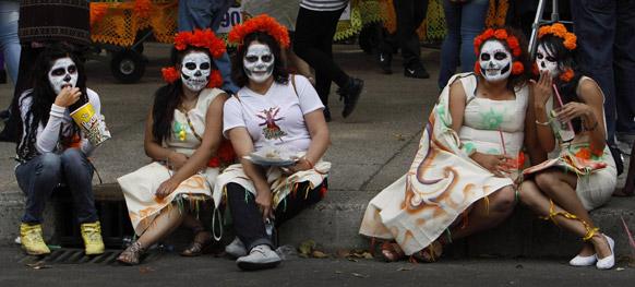 मेक्सिको सिटी में एक परेड के दौरान पारम्परिक परिधान में महिलाएं।