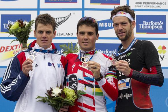 न्यूजीलैंड के ऑकलैंड में एलिट मेन्स रेस के विजेता अपने पदकों के साथ।