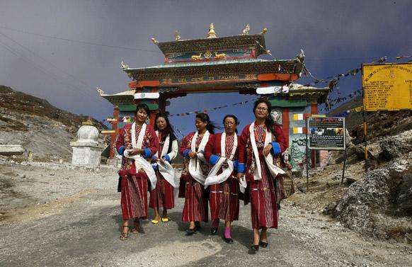 अरुणाचल प्रदेश में भारत-चीन सीमा पर 4100 मीटर की ऊंचाई पर मोनपा आदिवासी महिलाएं।