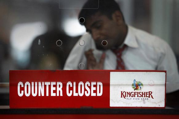 नई दिल्ली एयरपोर्ट पर किंगफिशर एयरलाइंस का एक कर्मचारी।