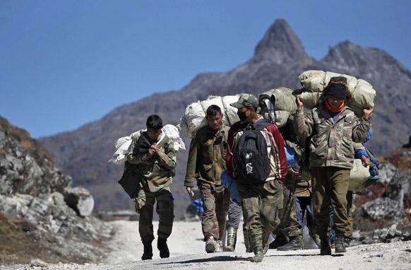 अरुणाचल प्रदेश में भारत-चीन सीमा पर काम कर रहे श्रमिक।