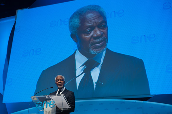 पूर्व यूएन प्रमुख कोफी अन्नान पीट्सबर्ग में एक सम्मेलन के दौरान संबोधित करते हुए।