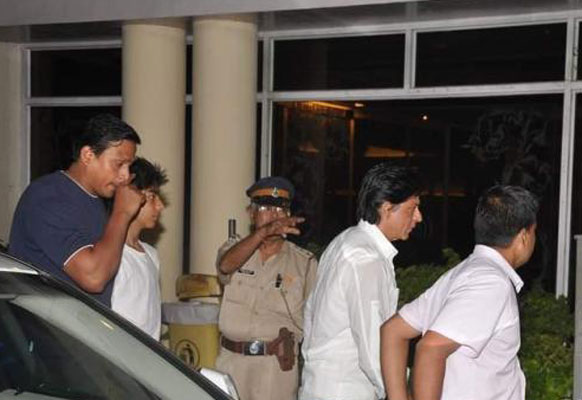 मुंबई के लीलावती अस्पताल में यश चोपड़ा को अंतिम श्रद्धांजलि देने जाते हुए अभिनेता शाहरूख खान।