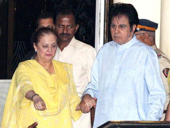 फिल्मकार यश चोपड़ा को श्रद्धांजलि अर्पित करते जाते हुए दिलीप कुमार और सायरा बानो। (फोटो सौजन्य: पिंकविला)।