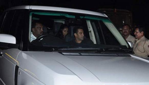 वरिष्ठ फिल्मकार यश चोपड़ा को श्रद्धांजलि देने आते हुए सलमान खान। (फोटो सौजन्य : पिंकविला)।