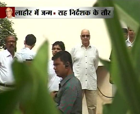मुंबई में फिल्मकार यश चोपड़ा के अंतिम संस्कार के मौके पर अभिनेता प्रेम चोपड़ा भी आए।