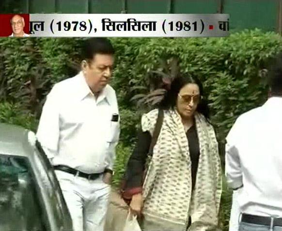 मुंबई में 'किंग आफ रोमांस' यश चोपड़ा के अंतिम संस्कार के मौके पर गायिका ईला अरुण।