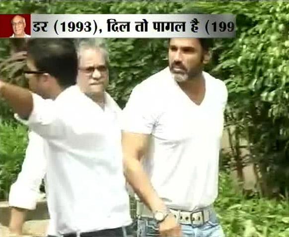 मुंबई में 'किंग आफ रोमांस' यश चोपड़ा के अंतिम संस्कार के मौके पर अभिनेता सुनील शेट्टी।