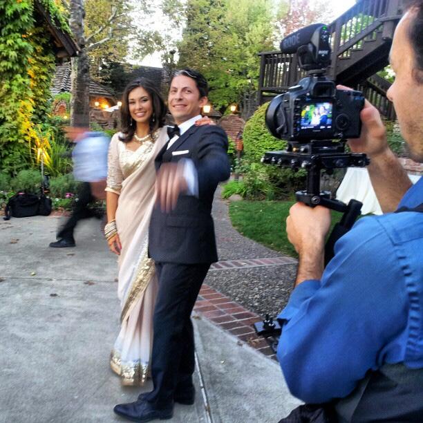 लीजा रे और जैसन डेहनी अपनी शादी के रिसेप्शन के दौरान प्रसन्न मुद्रा में।