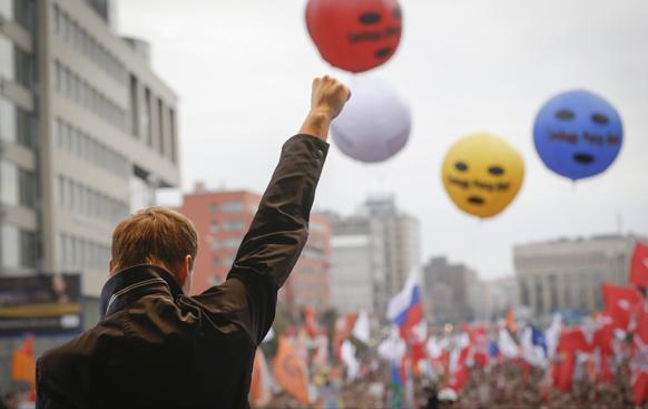 रुसी विपक्षी नेता अलेक्सी नावेनली मास्को में एक रैली के दौरान जनसभा को संबोधित करते हुए।