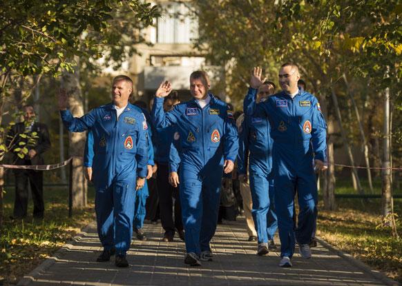 नासा अंतरिक्ष यात्री केविन फोर्ड अपने सहयोगियों के साथ।