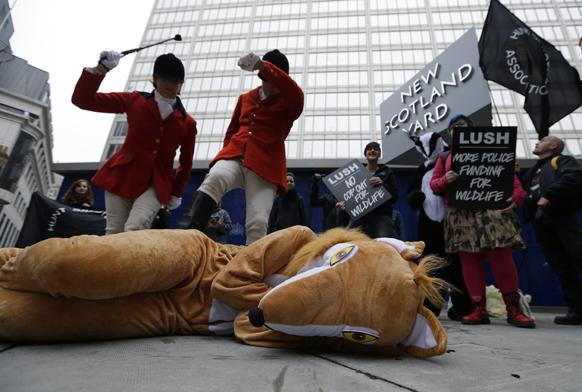 लंदन में पशुओं के अधिकार को लेकर प्रदर्शन करते हुए हंट सेबोटर्स एसोसिएशन के सदस्य।