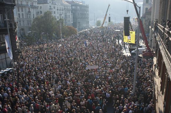 बुडापेस्ट में प्रेस की आजादी के समर्थन में हजारों लोगों ने रैली निकाली।