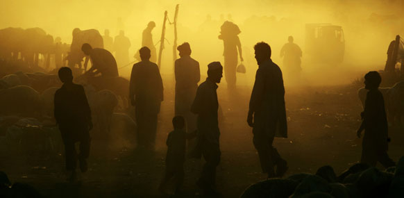 पाकिस्तान में सूर्यास्त के बाद का एक दृश्य जब लोग नमाज अदा करने के बाद घर लौट रहे है।