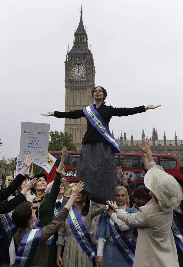 लंदन में संसद भवन के सामने महिला कार्यकर्ताएं विरोध-प्रदर्शन करती हुई।