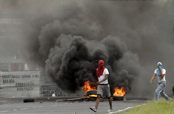 पनामा में प्रदर्शनकारियों ने बैरिकेड में आग लगा दी जिससे धुआं भर गया।