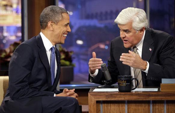 अमेरिकी राष्ट्रपति बराक ओबामा पत्रकार जे लेनो के टीवी शो में बातचीत करते हुए।