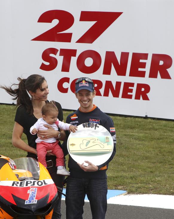 होंडा टीम के राइडर केसे स्टोनर अपनी पत्नी और बच्चे के साथ।
