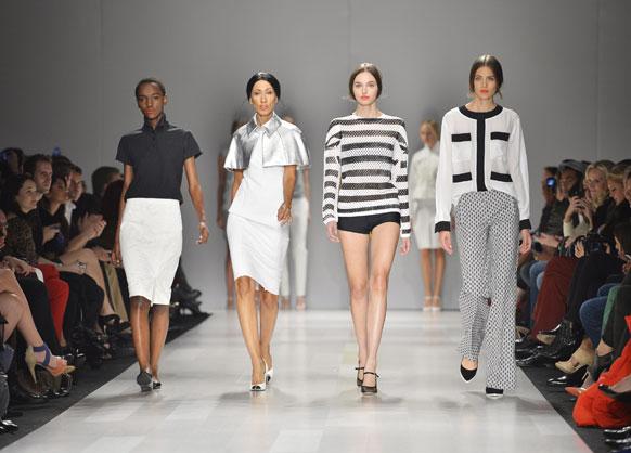 टोरंटो फैशन वीक में रैंप पर चलती मॉडल।