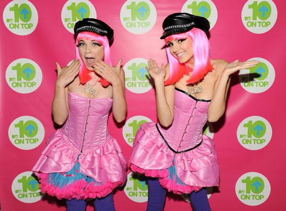 न्यूयार्क में MTV स्टूडियो में अदाकारा और गायिका विक्टोरिया जस्टिस और लेने डुन्न।