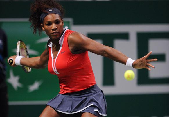 टर्की में आयोजित WTA मुकाबले में शाट खेलती टेनिस खिलाड़ी सेरेना विलियम्स।